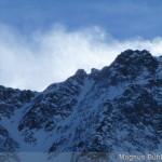 der Sturm treibt riesige Schneefahnen über die Gipfelgrate