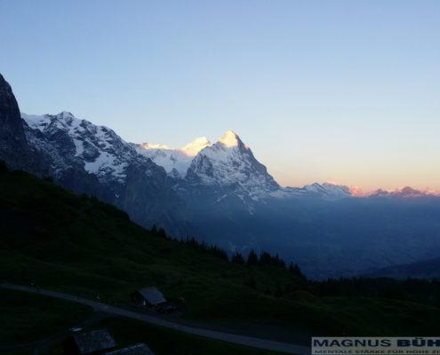 Der erste Berg ist geschafft - die Sonne kommt - Eigerultratrail